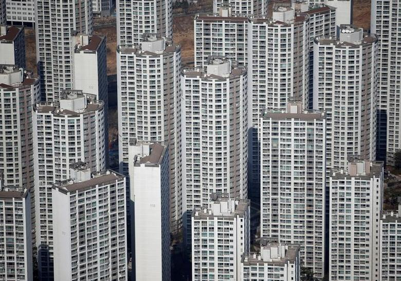 FILE PHOTO -  An apartment complex is seen in Seoul March 4, 2015.    REUTERS/Kim Hong-Ji/File Photo