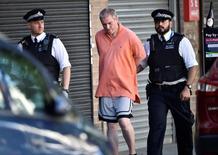 Una furgoneta arrolló el lunes a los fieles que salían de una mezquita en el norte de Londres, provocando 10 heridos en lo que testigos dijeron que fue un ataque deliberado contra musulmanes.  En la imagen, oficiales de policía detienen a un hombre cerca del lugar del incidente, en Londres, el 19 de junio de 2017.  REUTERS/Hannah McKay