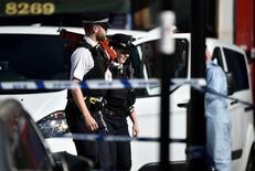 Poliziotti sulla scena dell'attentato avvenuto oggi a Finsbury Park nella parte nord di Londra. REUTERS/Hannah McKay