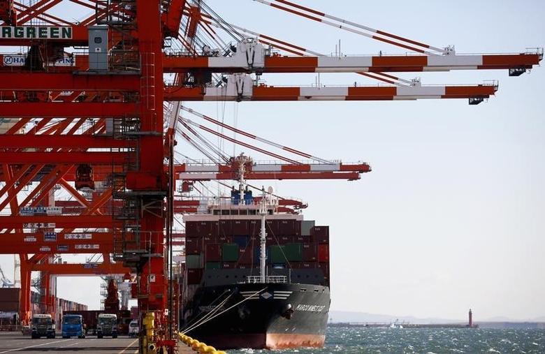 资料图片:2014年12月,日本东京港口一个集装箱码头停泊的货轮。REUTERS/Thomas Peter