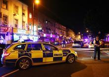 Une camionnette a foncé sur des fidèles qui quittaient une mosquée du nord de Londres dans la nuit de dimanche à lundi, faisant une dizaine de blessés, dont deux graves, et peut-être un mort, dans ce que la Première ministre britannique Theresa May a qualifié de potentielle attaque terroriste. /Photo prise le 19 juin 2017/REUTERS/Neil Hall