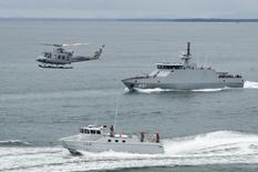 Buques de guerra de Indonesia, Filipinas y Malasia llevaron a cabo maniobras el lunes cerca de una base naval en Borneo para señalar el lanzamiento de patrullas coordinadas para fortalecer la seguridad en aguas plagadas por insurgentes y bandidos. En la imagen,  un buque y un helicóptero indonesios durante la operación de patrulla coordinada en el mar de Tarakan, Indonesia, el 19 de junio de 2017. Reuters/ Antara Foto/Zabur Karuru