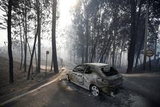 Más de 1.000 bomberos seguían luchando el lunes contra el incendio forestal más mortífero registrado hasta ahora en Portugal, después de que acabara con la vida de al menos a 62 personas durante el fin de semana. En la imagen, un coche calcinado por las llamas cerca de Pedrogao Grande el 18 de junio de 2017. REUTERS/Rafael Marchante
