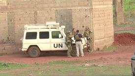 Des soldats français près du lieu de l'attaque. Des recherches étaient en cours lundi pour retrouver un ressortissant français porté disparu après l'attaque qui a fait quatre morts dimanche près de Bamako, au Mali. /Photo diffusée le 18 juin 2017/REUTERS/ REUTERS TV