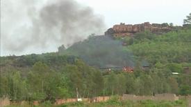 Hombres armados no identificados mataron el domingo a cuatro huéspedes de un hotel de lujo en Mali popular entre occidentales a las afueras de la capital del país, Bamako, y una persona más está desaparecida, dijeron el lunes las autoridades. En la imagen, varias columnas de humo esobre el complejo Le Campement Kangaba en Dougourakoro, al este de Bamako, el 18 de junio de 2017. REUTERS/ REUTERS TV