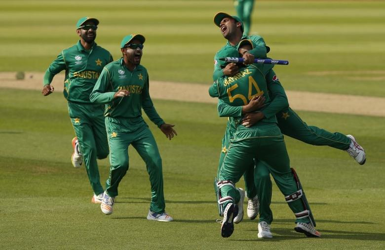 Britain Cricket - Pakistan v India - 2017 ICC Champions Trophy Final - The Oval - June 18, 2017 Pakistan's Sarfraz Ahmed and team mates celebrate winning the ICC Champions Trophy Action Images via Reuters / Paul Childs Livepic