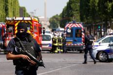 La section antiterroriste du parquet de Paris a ouvert une enquête concernant l'incident qui s'est produit lundi sur les Champs-Elysées. /Photo prise le 19 juin 2017/REUTERS/Gonzalo Fuentes