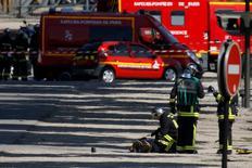 Un hombre chocó deliberamente su coche contra una furgoneta policial el lunes en los Campos Elíseos de París y probablemente ha muerto, dijo la policía, añadiendo que no había heridos y que la situación estaba bajo control. En la imagen, los bomberos revisan el cuerpo en el lugar del incidente en París el 19 de junio de 2017. REUTERS/Gonzalo Fuentes