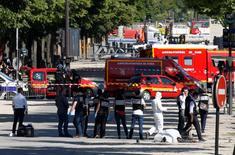 Des gendarmes ont été la cible lundi d'une tentative d'attentat sur l'avenue des Champs-Elysées, à Paris, par un homme qui a percuté un fourgon des forces mobiles au volant d'une voiture contenant des explosifs, a annoncé le ministre de l'Intérieur. L'attaque présumée n'a pas fait de blessés.  /Photo prise le 19 juin 2017/REUTERS/Gonzalo Fuentes