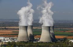 La centrale nucléaire du Bugey. Un départ de feu s'est déclaré lundi après-midi sur la toiture d'un bâtiment de la zone nucléaire de l'unité de production n°5 de la centrale du Bugey (Ain) et des mesures d'urgence ont été prises. /Photo d'archives/REUTERS/Robert Pratta
