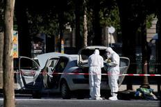 Parigi, auto contro veicolo polizia in Champs Elysees, autista probabilmente morto.   REUTERS/Gonzalo Fuentes