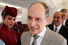 أكبر الباكر الرئيس التنفيذي للخطوط الجوية القطرية على متن إحدى طائرات الشركة من طراز بوينج 777 في معرض باريس الجوي يوم الاثنين. تصوير: باسكال روسينيول - رويترز.