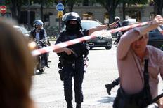 شرطي يؤمن منطقة في شارع الشانزليزيه بعد واقعة في باريس يوم الاثنين. تصوير: شارل بلاتيو -رويترز
