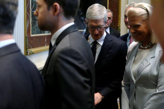 Apple CEO Tim Cook (2nd R) and IBM CEO Ginni Rometty (R) join fellow tech company leaders at a summit of the American Technology Council at the Eisenhower Executive Office Building in Washington, U.S. June 19, 2017.  REUTERS/Jonathan Ernst