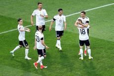 لاعبون بمنتخب المانيا يحتفلون باحراز هدف في شباك استراليا خلال مباراة الفريقين بكأس القارات لكرة القدم في سوتشي يوم الاثنين. تصوير: كارل ريسيني - رويترز.