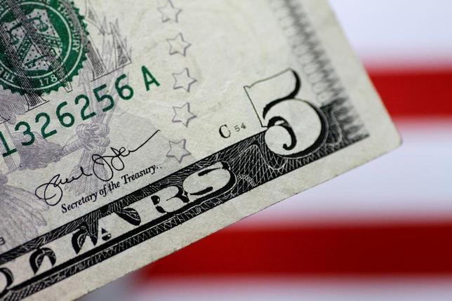 6月19日、終盤のニューヨーク外為市場では、ニューヨーク連銀のダドリー総裁が賃金の上昇により国内のインフレ率が高まるとの見方を示したことを受け、ドルが上昇した。写真はドル紙幣、1日撮影(2017年 ロイター/Thomas White/Illustration)