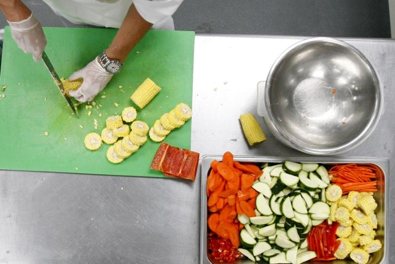 Fresh vegetables are chopped in the kitchen of Revolution Foods in Los Angeles August 19, 2009. REUTERS/Mario Anzuoni