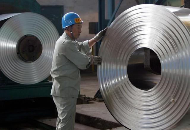 6月15日、インフラ整備計画に後押しされた中国の建設用鉄鋼メーカーは、ここ数年における最高益を計上しており、より高度な製品を扱うライバルを圧倒する勢いだ。これは中国政府が長年推進してきた鉄鋼メーカーの高付加価値化に逆らう流れとなっている。 写真は2006年、湖北省にある冷延鋼板の製造工場で働く男性(2107年 ロイター/Alfred Cheng Jin)