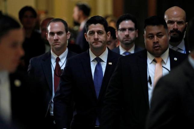 6月19日、米下院のライアン議長(中央)は20日の演説で、税制改革が年内の実現に順調に向かっているとの見方を示す見通し。ワシントンで14日撮影(2017年 ロイター/Aaron P. Bernstein)