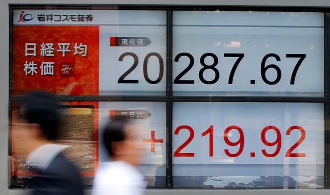 6月20日、菅義偉官房長官は午後の会見で、日経平均株価がこの日、2015年8月18日以来の高値で引けたことについて「経済の好循環が生まれていることを背景に、市場の好ましい動きにつながっている」との認識を示した。写真は都内の株価ボード(2017年 ロイター/Toru Hanai)