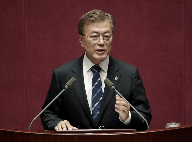 6月20日、韓国の文在寅(ムン・ジェイン)大統領(写真)は、北朝鮮に1年5カ月間拘束された後に解放され、19日死亡した米国人大学生オットー・ワームビア氏について、責任は北朝鮮にあるとの見解を示した。ソウルで12日代表撮影(2017年 ロイター/Ahn Young-joon)