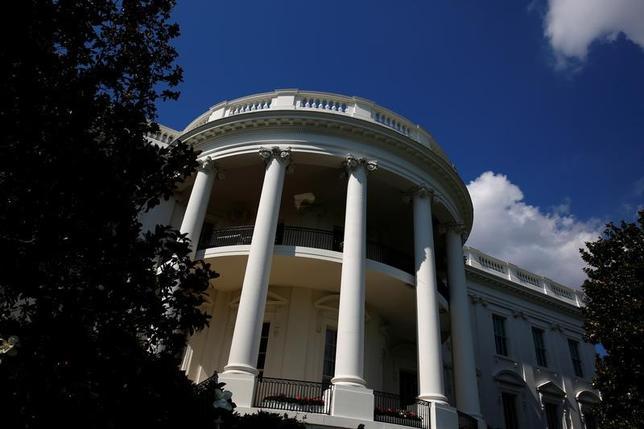6月20日、米財務省は、ウクライナ情勢を巡る対ロシア制裁の一環として38の個人と団体を制裁対象に加えたことを明らかにした。写真はホワイトハウス、18日撮影(2017年 ロイター/Eric Thayer)
