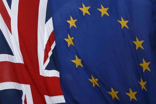 6月20日、英スカイニュースは、英国がEUとの合意無しで離脱するような状況が起こった場合、保守党内にその動きを阻止することができるとみている議員がいると報じた。写真は、英国旗とEU旗。ロンドンで3月撮影(2017年 ロイター/Stefan Wermuth)