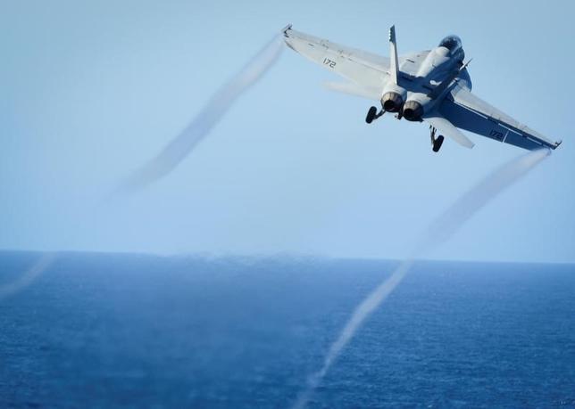 6月19日、包括的な戦略を欠く米大統領のシリア対応は、シリアやイラン、さらにはロシアとの対立激化を招く恐れがある。写真は2016年10月、米空母ニミッツから離陸するF/A18Eスーパー・ホーネット戦闘機。提供写真(2017年 ロイター)