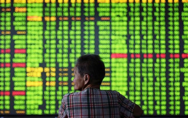 6月21日、世界の投資家の資金が、中国のオールドエコノミー銘柄に向かおうとしている。浙江省の証券会社で昨年9月撮影。提供写真(2017年 ロイター/China Daily/via REUTERS)