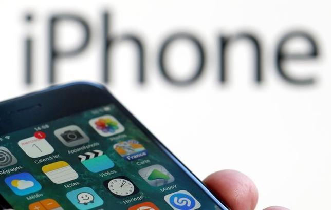 6月21日、米アップルがiPhone(アイフォーン)の最新機種「8」を年後半に発売すると見込まれる中、世界の電機メーカーはメモリーチップの供給不足に備え、部品確保に奔走している。写真は現行のアイフォーン7。仏ボルドーで2月撮影(2017年 ロイター/Regis Duvignau)