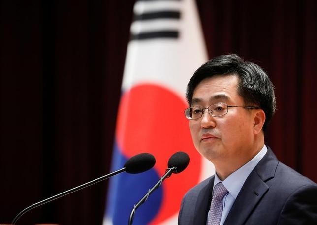 6月22日、韓国の金東ヨン企画財政相は、北朝鮮の核兵器開発を認めない韓国の方針をあらためて確認し、同問題への対応で米国と連携すると表明した。韓国で15日撮影(2017年 ロイター/Kim Hong-Ji)