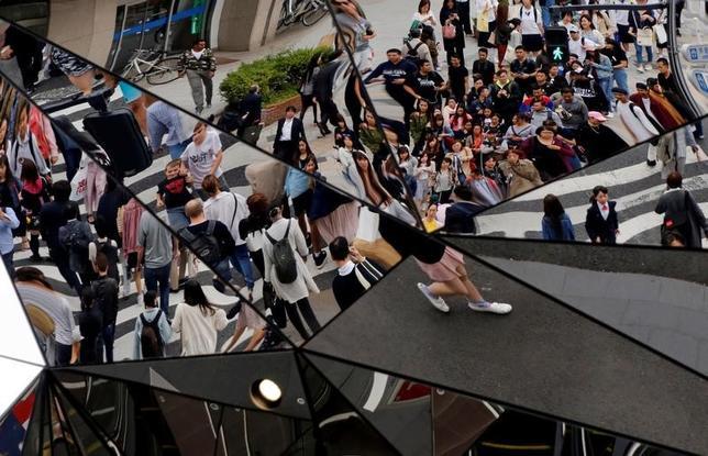 6月22日、日本ショッピングセンター(SC)協会が発表した5月のSC既存店売上高は前年比0.1%増と、3カ月連続でプラスになった。写真は都内で5月撮影(2017年 ロイター/Toru Hanai)