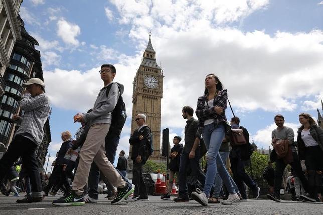 6月22日、旅行情報会社フォワードキーズの調査によると、最近の一連の攻撃事件にもかかわらず英国の観光部門は好調で、今年の予約は欧州平均を上回る勢いで増加する見通しとなっている。写真はロンドンを訪れる観光客。ウェストミンスターで9日撮影(2017年 ロイター/Marko Djurica)