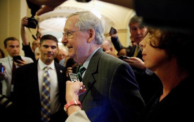6月22日、米共和党の上院指導部は、医療保険制度改革(オバマケア)の改廃案を公表した。富裕層向けの課税を撤廃する一方、コスト削減に向け、貧困層向けの支援を削減する。写真は共和党のマコネル上院院内総務、22日ホワイトハウスで撮影(2017年 ロイター/Kevin Lamarque)