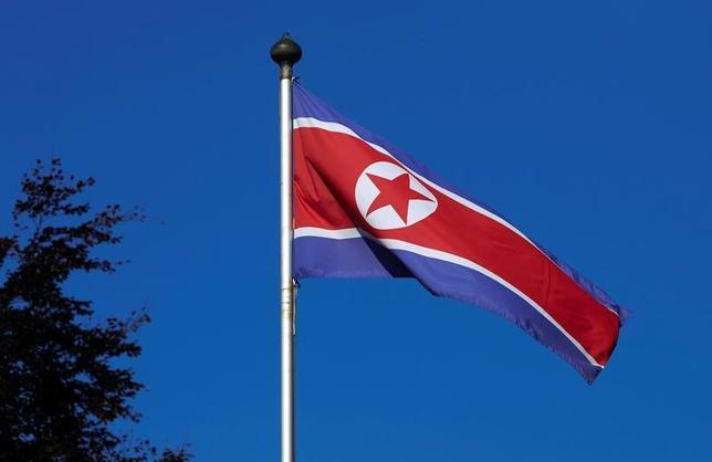 6月22日、米当局者はロイターに対し、北朝鮮がロケットエンジンについて新たな実験を実施したと明らかにした。大陸間弾道ミサイルの開発計画の一環とみられるという。写真は北朝鮮の国旗。ジュネーブで2014年10月撮影(2017年 ロイター/Denis Balibouse)
