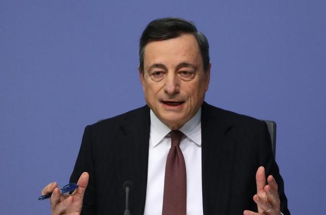 6月23日、ECBのドラギ総裁は経済は拡大し失業率も低下しているが、賃金の伸びがなお弱く、基調のインフレ率はまだ上昇していないとの認識を示した。EU首脳会議の場で、経済状況を説明した。写真は1月19日、フランクフルトで記者会見する同総裁(2017年 ロイター/Kai Pfaffenbach)