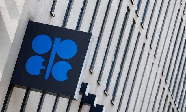 6月22日、石油輸出国機構(OPEC)の盟主、サウジアラビアが5月に原油価格維持のために「できることは何でもやる」と表明した時点では、まさかたった1カ月後に市場がその決意を試す展開になろうとは思ってもいなかっただろう。ウィーンで5月撮影(2017年 ロイター/Leonhard Foeger)
