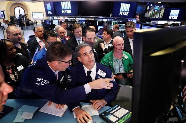 6月23日、26日から始まる週の米株式市場では、企業業績への期待が引き続き支援材料となる見通しだが、原油価格の下落が懸念される可能性もある。NY証取で撮影(2017年 ロイター/Lucas Jackson)