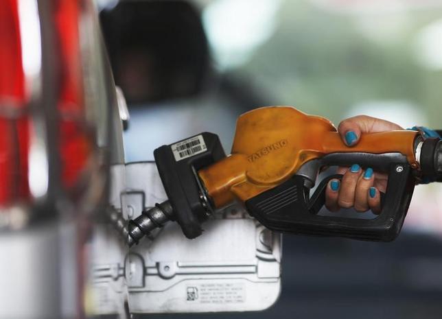 6月26日、アジア時間の取引で原油先物価格はドル安を背景に上昇。ただ、米国における石油掘削活動の拡大を受け、世界的な供給過剰状態が続くとの懸念が強まっている。写真はインドネシアの首都ジャカルタで2014年11月撮影(2017年 ロイター/Beawiharta)