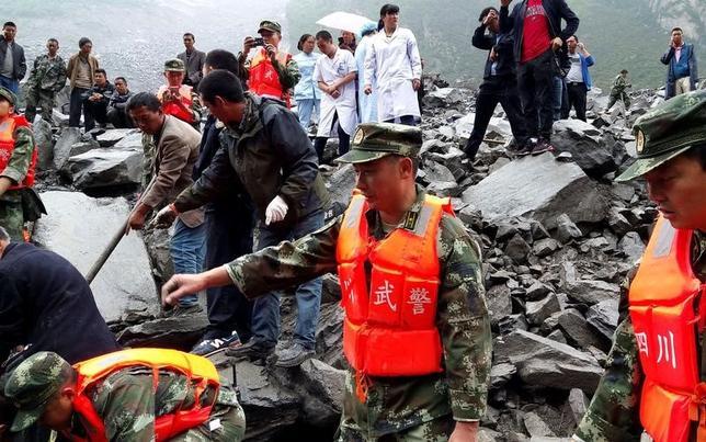 6月25日、中国四川省アバ・チベット族チャン族自治州茂県で発生した山崩れで、地元当局は行方不明となっている93人の捜索を続けた。写真は行方不明者の捜索に当たる救助隊。提供写真(2017年 ロイターREUTERS/Stringer)