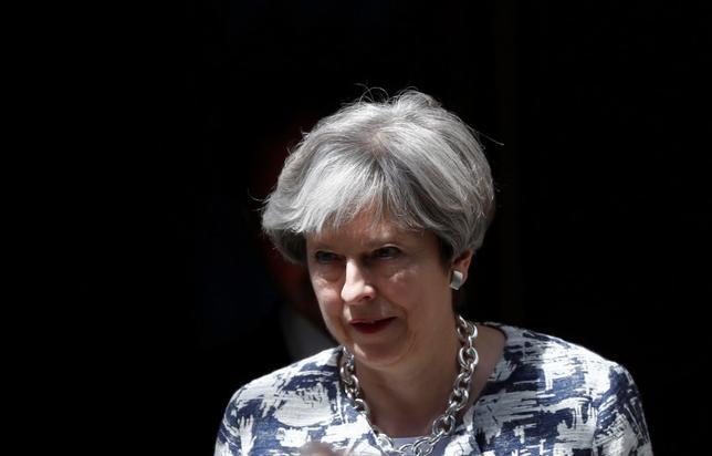 6月26日、メイ英首相(写真)は北アイルランド・プロテスタント系政党、民主統一党から閣外協力を得ることで合意した。写真は26日、英首相官邸前で撮影(2017年 ロイター/Stefan Wermuth)