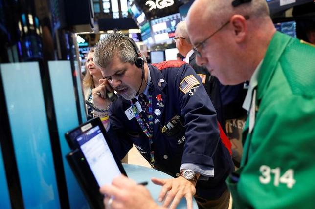 6月26日、米国株式市場は、ダウ工業株30種とS&P総合500種が小幅に上昇して取引を終えた。NY証取で23日撮影(2017年 ロイター/Lucas Jackson)