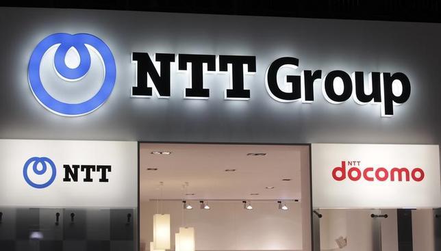 6月27日、NTTは、都内で定時株主総会を開いた。地域通信と長距離通信とに分かれている現在の固定通信系のグループ体制について、坂本英一取締役はすでにサービスは融合しており、1社体制に戻す必要はないとの認識を示した。写真はジュネーブで2011年10月撮影(2017年 ロイター/Denis Balibouse)
