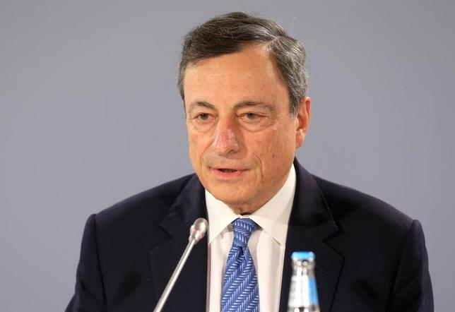 6月27日、欧州中央銀行(ECB)のドラギ総裁は、ユーロ圏経済は安定的に回復しており、インフレも上向いているものの、依然としてECBの景気支援策が必要との認識を示した。写真はエストニアのタリンで8日撮影(2017年 ロイター/Ints Kalnins)