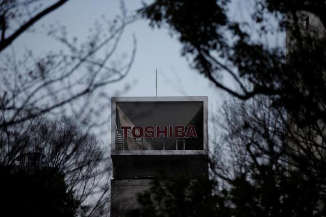 6月28日、東芝は、半導体事業売却で日米韓連合と優先交渉している件で、「調整等に時間を要しており、現時点で合意に達しておらず、現在も交渉中」だと発表した。写真は3月東京で撮影(2017年 ロイター/Issei Kato)