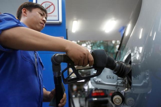 6月28日、アジア時間の取引で原油先物は下落。米原油在庫の増加を示すデータを受けて供給過剰懸念が再燃した。写真はハノイのガソリンスタンドで昨年12月に撮影(2017年 ロイター/Kham)