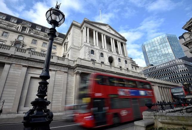 6月27日、イングランド銀行(BOE、英中央銀行)は銀行に自己資本の積み増しを要求した。消費者向け信用のバブルを防ぐため、利上げという荒療治ではなく繊細なメスを用いた格好だが、いずれは利上げを余儀なくされるだろう。ロンドンのBOE前で2月撮影(2017年 ロイター/Hannah McKay)