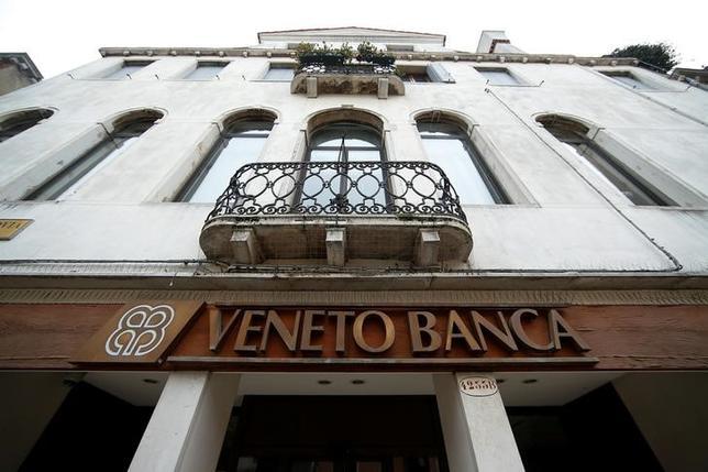 6月26日、イタリア政府がベネト・バンカなどの2銀行の清算手続きを開始したことに対し、欧州連合(EU)関係者からは、今後の金融危機再発に備えたユーロ圏の信用維持のための努力を損なう行為だと痛烈に批判する声が上がった。写真はベネト・バンカのロゴ。2016年1月撮影(2017年 ロイター/Alessandro Bianchi)