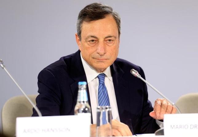 6月28日、複数の関係筋は、今週のユーロ高につながったドラギECB総裁の発言について、総裁は弱めのインフレ期間への容認を示したものであり、差し迫った政策引き締めを意図していないとの見方を示した。ドラギ総裁。8日撮影(2017年 ロイター/Ints Kalnins)