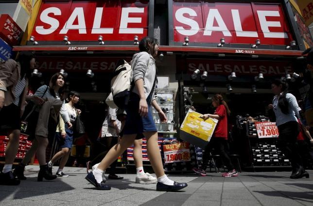 6月29日、経済産業省が発表した5月の商業動態統計速報によると、小売業販売額(全店ベース)は前年比2.0%増の11兆7590億円となり、7カ月連続で増加した。2015年4月撮影(2017年 ロイター/Yuya Shino)